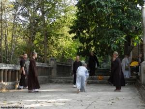 Jóvenes monjes en uno de los templos