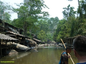 Pasando un pueblo junto al río